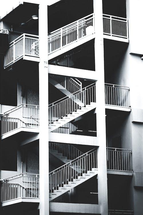 Gratis arkivbilde med arkitektur, bygning, svart-hvitt, trapp
