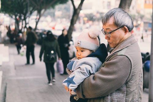 Ingyenes stockfotó ázsiai férfi, baba, cipelés, felnőtt témában