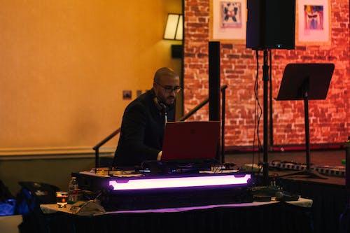 Základová fotografie zdarma na téma dj, DJ mixážní pult, hudba, hudební přehrávač