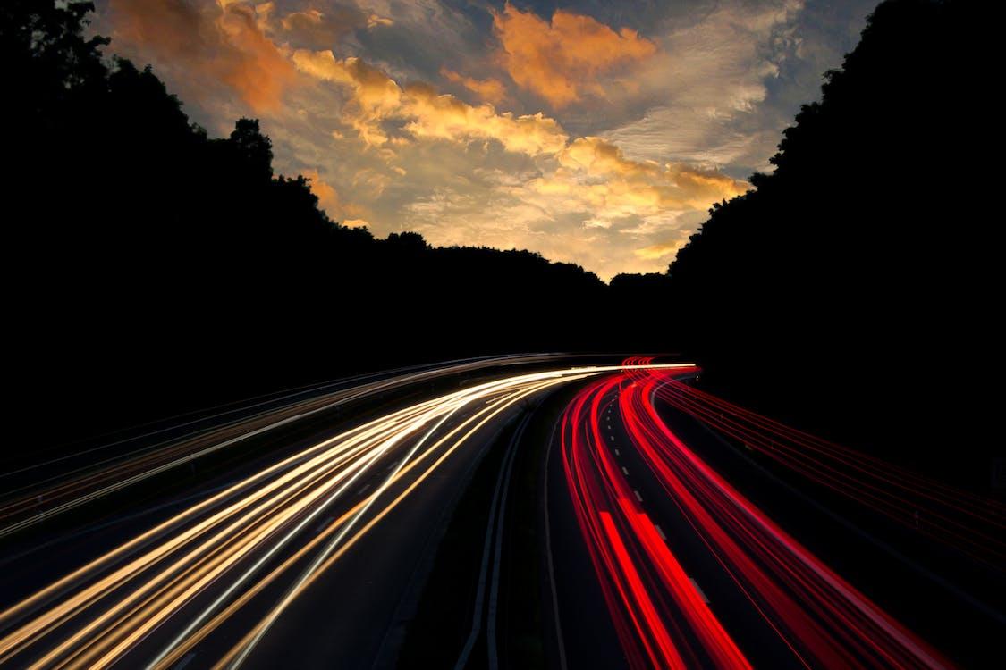 白と赤のライトで道路のタイムラプス写真