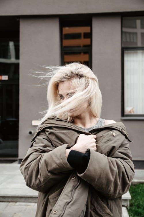 Gratis lagerfoto af blondine, blæsende, fotosession, kvinde
