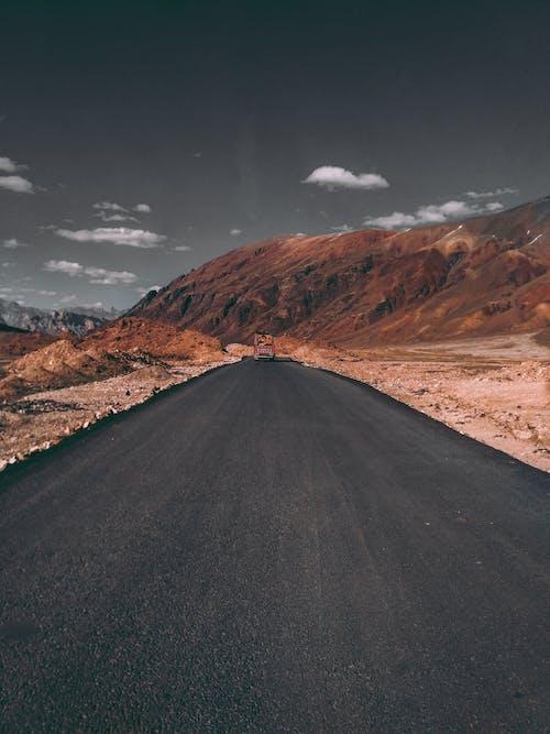 Foto profissional grátis de árido, asfalto, cênico, conduzir