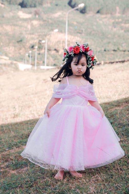 Gratis lagerfoto af Asiatisk pige, barn, græs, kjole