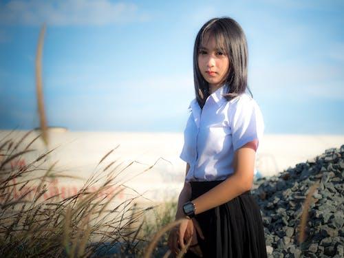 Бесплатное стоковое фото с азиатка, голубое небо, железнодорожная станция, студенты колледжа