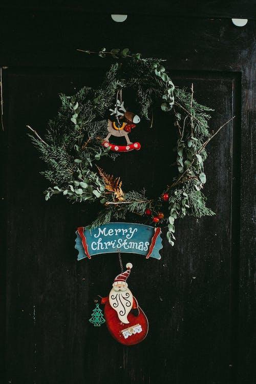 挂在门上的绿色圣诞花环