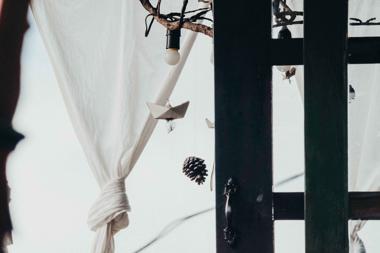 Foto d'estoc gratuïta de articles de vidre, blanc, blanc i negre, bombeta