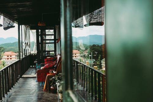 沙發, 街, 街道, 陽台 的 免费素材照片