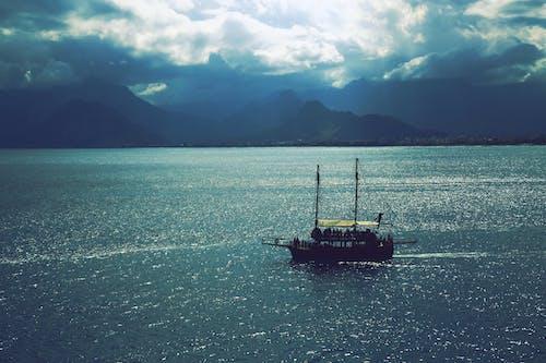 Immagine gratuita di acqua, barca, mare, montagne
