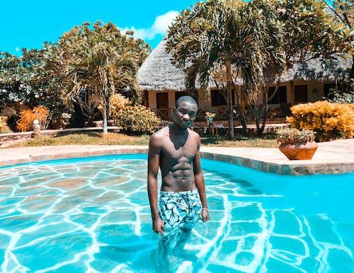 adam, afrikalı adam, ayakta, ayakta durmak içeren Ücretsiz stok fotoğraf