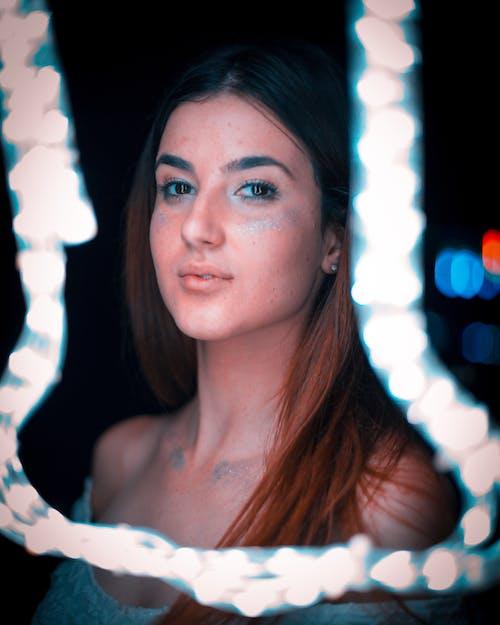 gece ışıkları, genç, güze, güzel içeren Ücretsiz stok fotoğraf