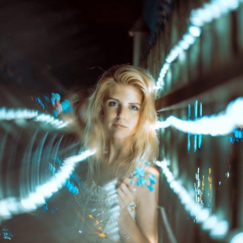 Kostnadsfri bild av blond, kvinna, lampor, lång exponering