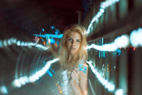 bulanık arka plan, bulanıklık, gece ışıkları, ışıklar içeren Ücretsiz stok fotoğraf