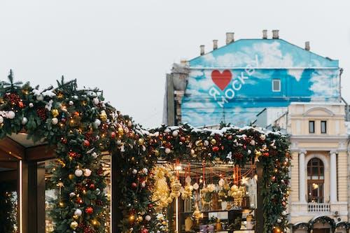 Ilmainen kuvapankkikuva tunnisteilla arkkitehtuuri, ikkunat, joulukoristeet, joulupallot