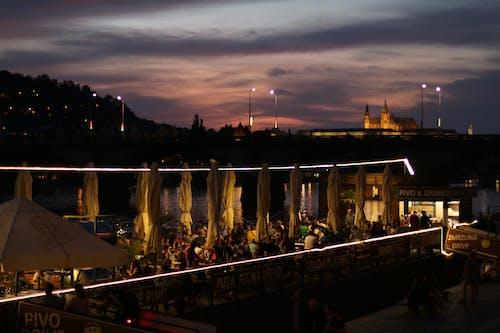 Бесплатное стоковое фото с hospoda, берег реки, вечер праги, пражская вечеринка