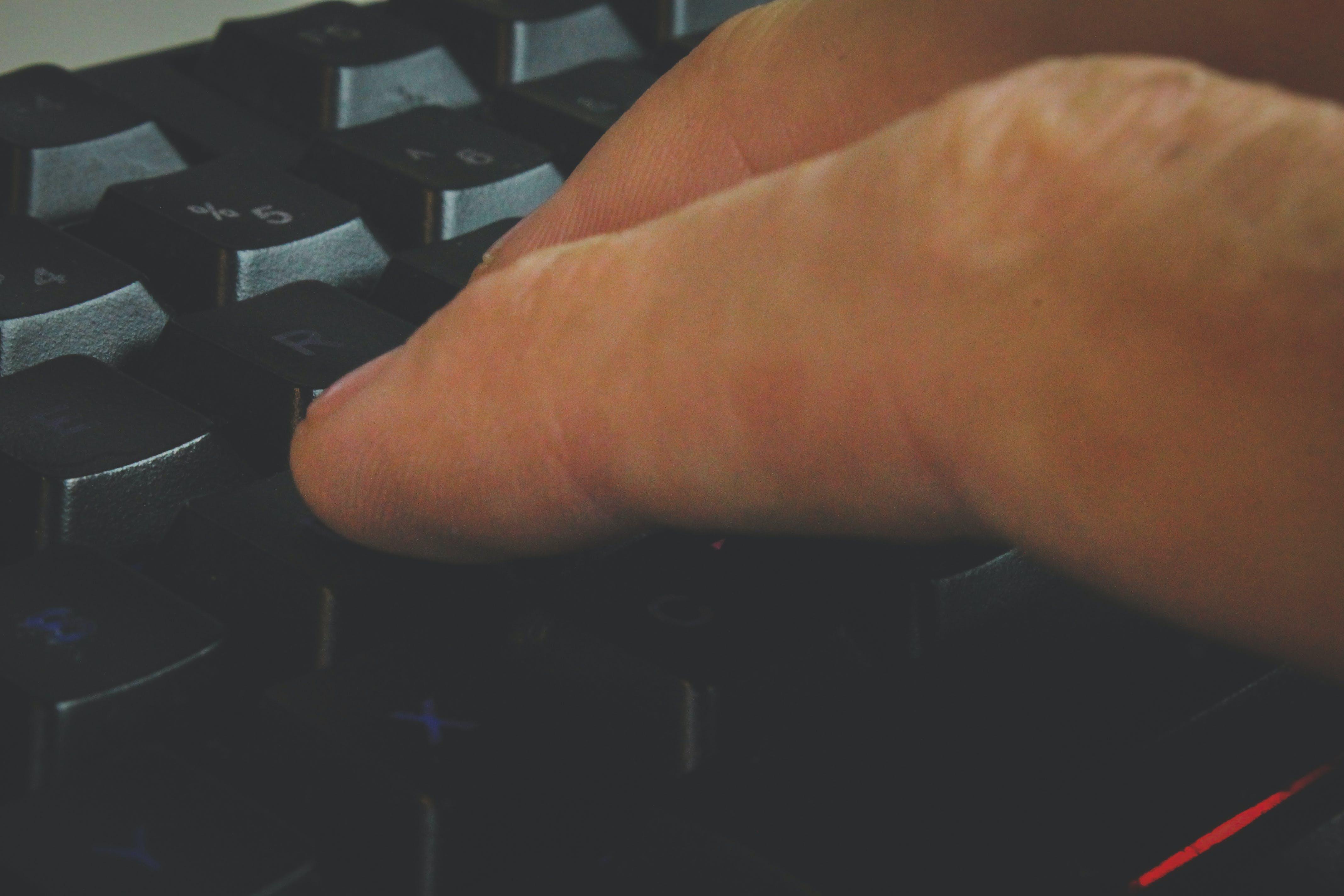 Kostenloses Stock Foto zu arbeiten, computer tastatur, hand, körper