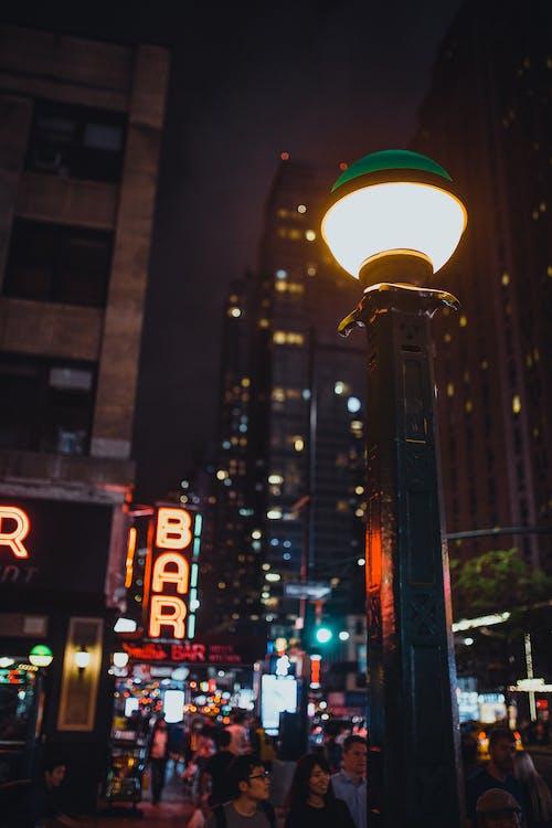 Kostenloses Stock Foto zu beleuchtet, laternenmast, licht, straße