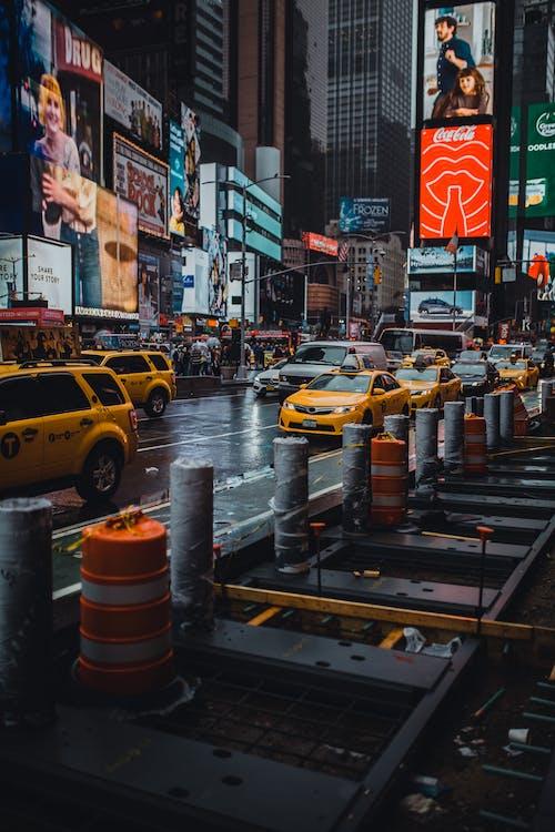 arabalar, Kent, sokak, taksi içeren Ücretsiz stok fotoğraf