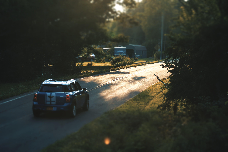 Kostenloses Stock Foto zu auto, bäume, beleuchtung, blau