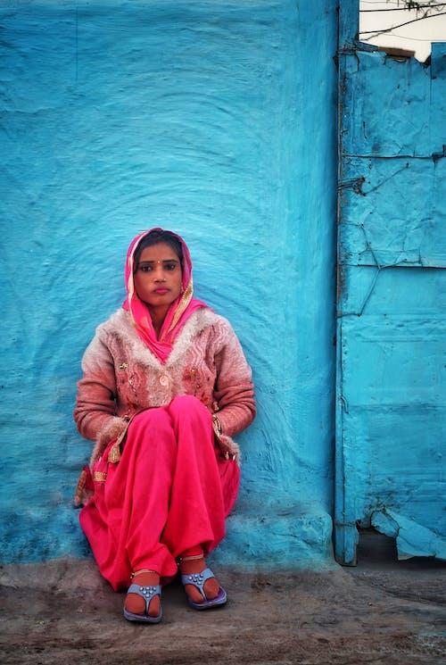 Безкоштовне стокове фото на тему «бетонна стіна, вираз обличчя, вродлива, вуаль»