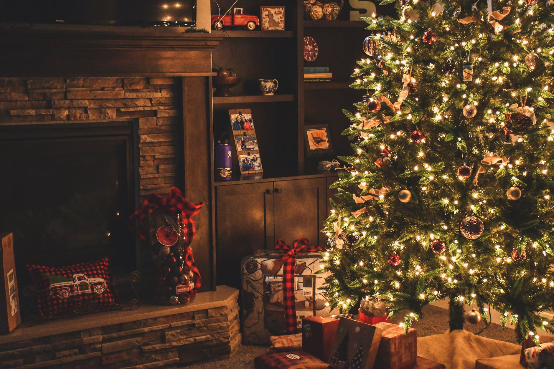 Decorate the Christmas tree in the classic style