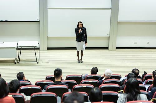 Foto d'estoc gratuïta de assegut, aula, cadires, classe