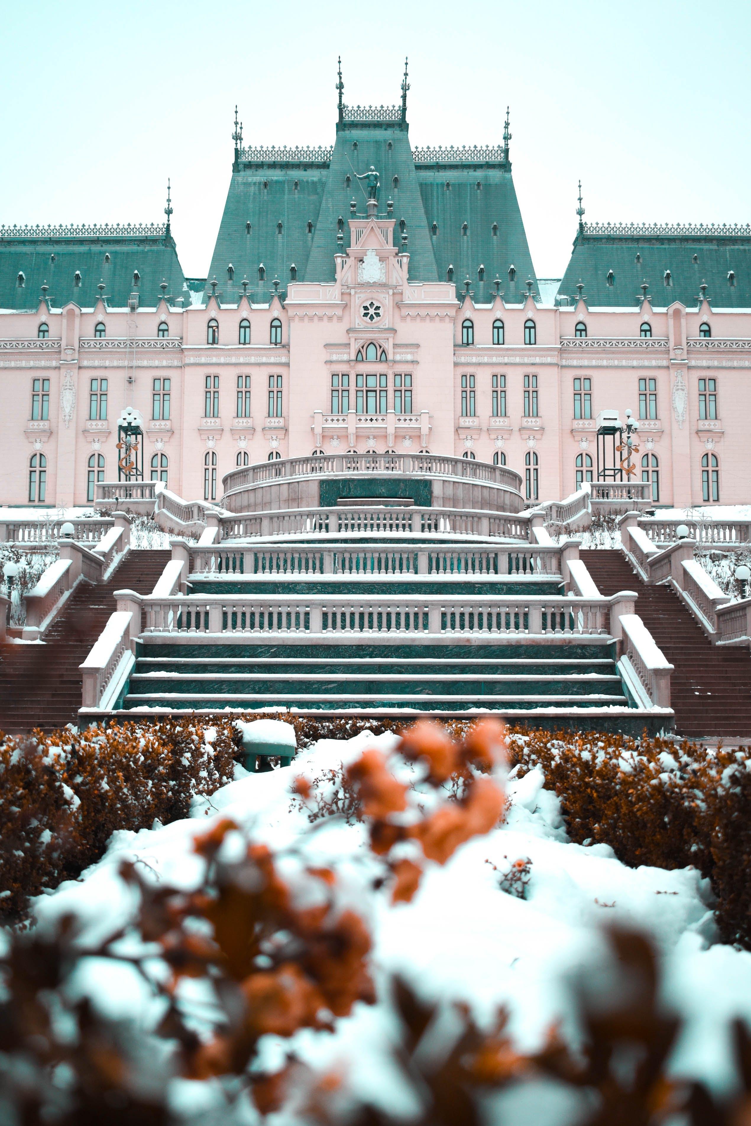 Kostenloses Stock Foto zu architektur, landschaft, schneegarten, tageslicht