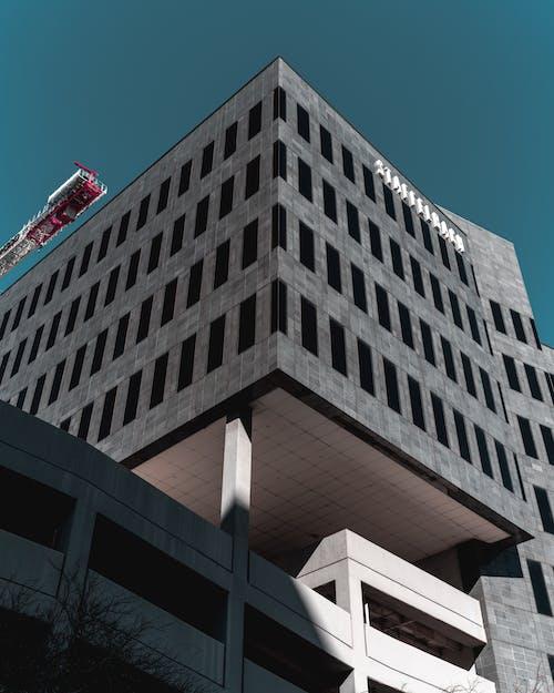 Бесплатное стоковое фото с архитектура, здание, перспектива, серый