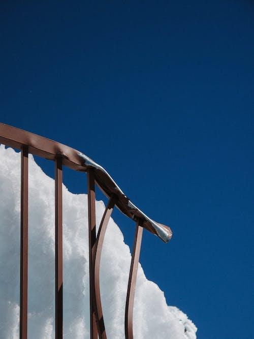 Immagine gratuita di ammaccatura, cielo azzurro, cielo sereno, corrimano