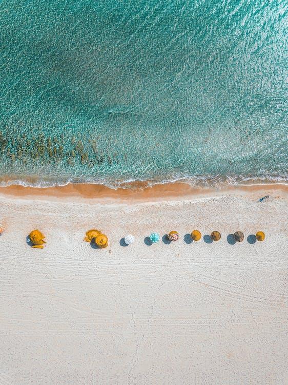 Luftbildfotografie Von Regenschirmen An Land