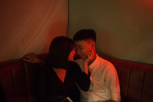 Základová fotografie zdarma na téma asiaté, červené světlo, dvojice, holka