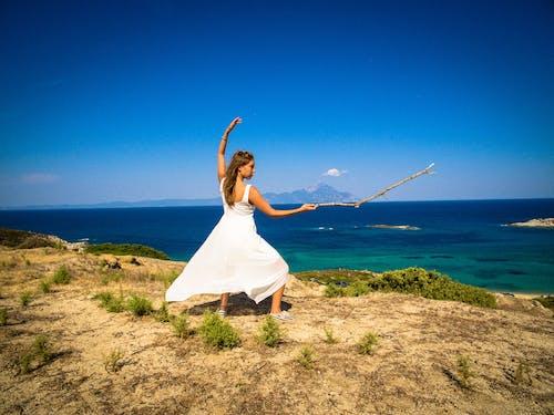 Gratis arkivbilde med blått vann, halkidiki, hellas, hvit kjole