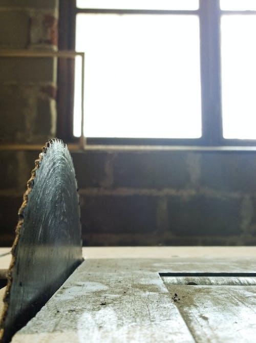 Gratis lagerfoto af arbejde, så, træ, Tømrer