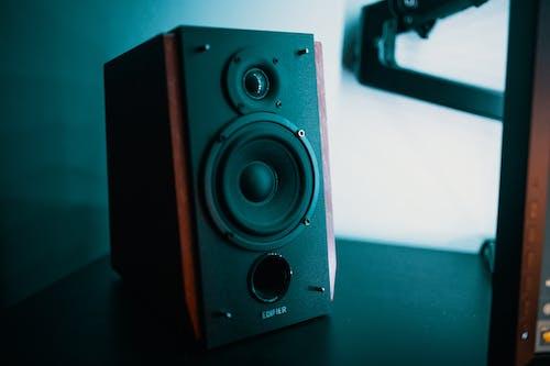 Darmowe zdjęcie z galerii z apartament, audio, biurko