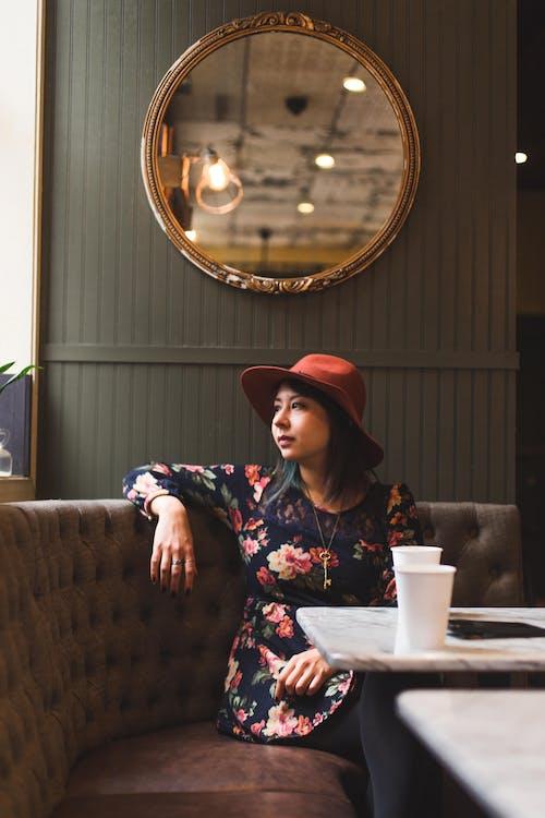 Gratis lagerfoto af kvinde, mode, person, sidde