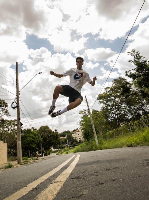 Základová fotografie zdarma na téma fotka ve skoku, muž, osoba, silnice