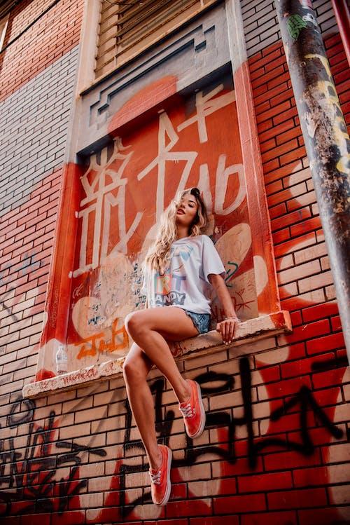 Ilmainen kuvapankkikuva tunnisteilla asento, graffiti, kaunis nainen, kuvaus