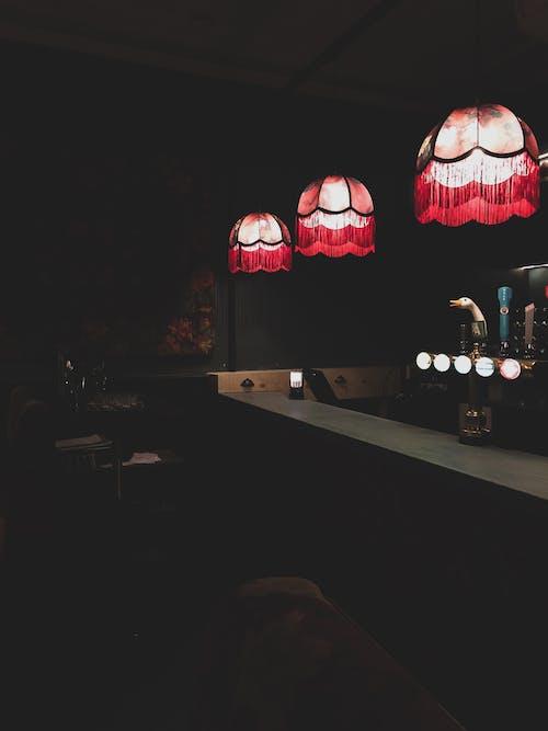 Darmowe zdjęcie z galerii z bar, ciemny, drewniany, krzesła
