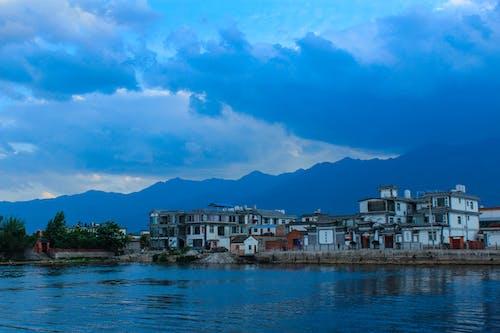 Immagine gratuita di alba, alberi, case tradizionali, cielo nuvoloso