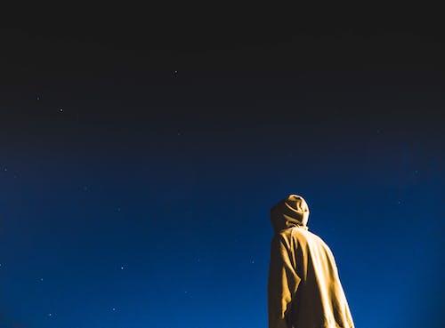Darmowe zdjęcie z galerii z mężczyzna, niebo, noc, osoba