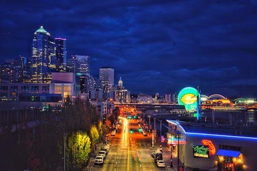 akşam, aydınlatılmış, binalar, ışıklar içeren Ücretsiz stok fotoğraf