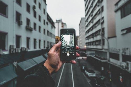 คลังภาพถ่ายฟรี ของ ตึก, ถนน, มือ, มือถือ