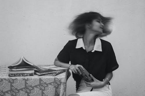 Základová fotografie zdarma na téma analogový fotoaparát, autoportrét, bezstarostný, bílá