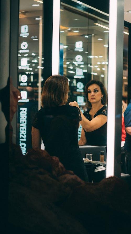 Δωρεάν στοκ φωτογραφιών με άνθρωπος, αντανάκλαση, γυαλί, γυναίκα