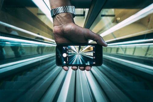 Foto profissional grátis de escadas rolantes, iphone, macro, mão