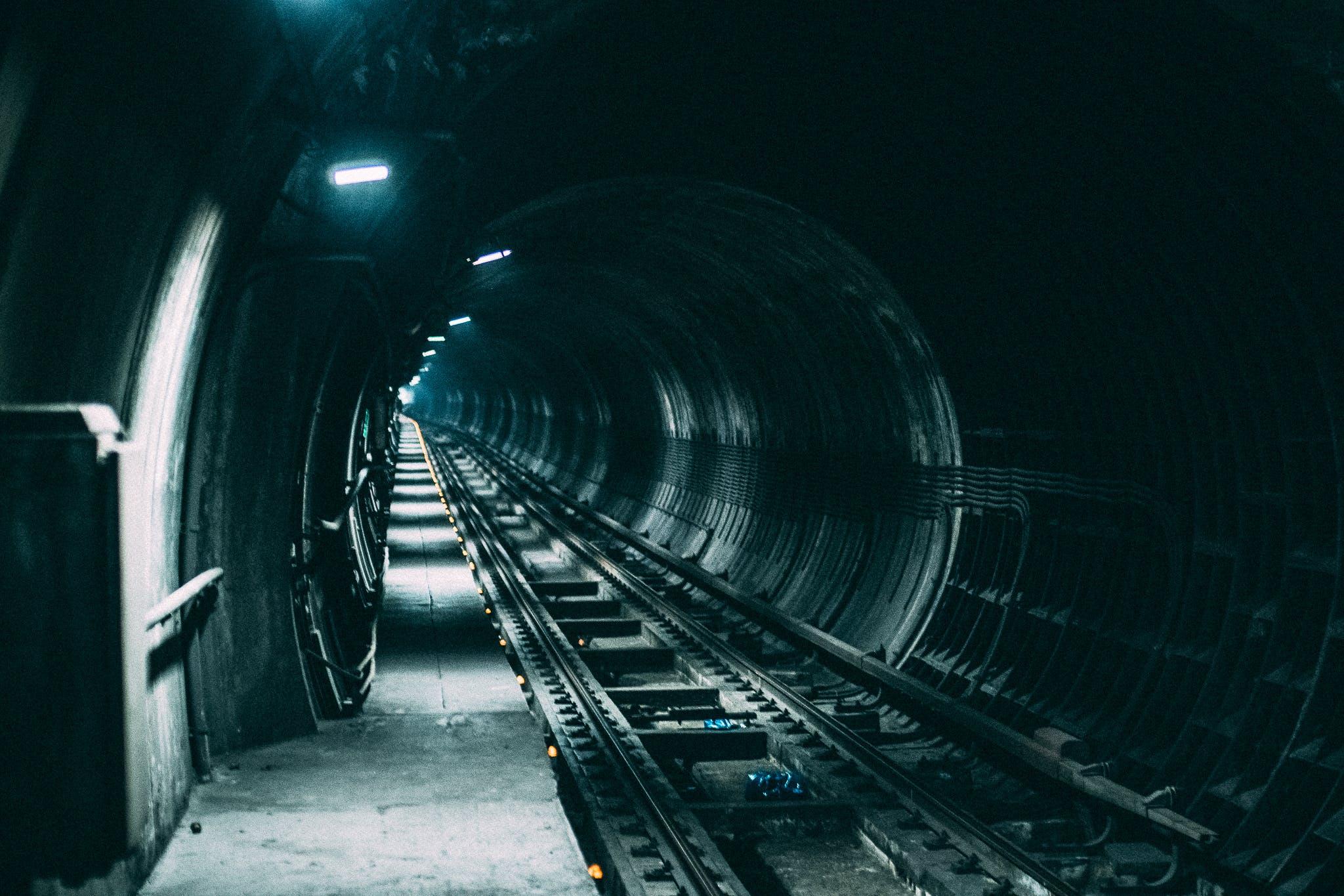 Gratis lagerfoto af jernbane, mørk, togbane, tunnel