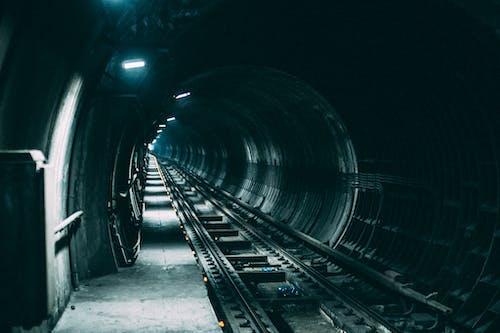 Бесплатное стоковое фото с железная дорога, огни, темный, туннель