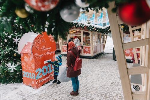 Fotos de stock gratuitas de acera, adornos de navidad, almacenar, calle