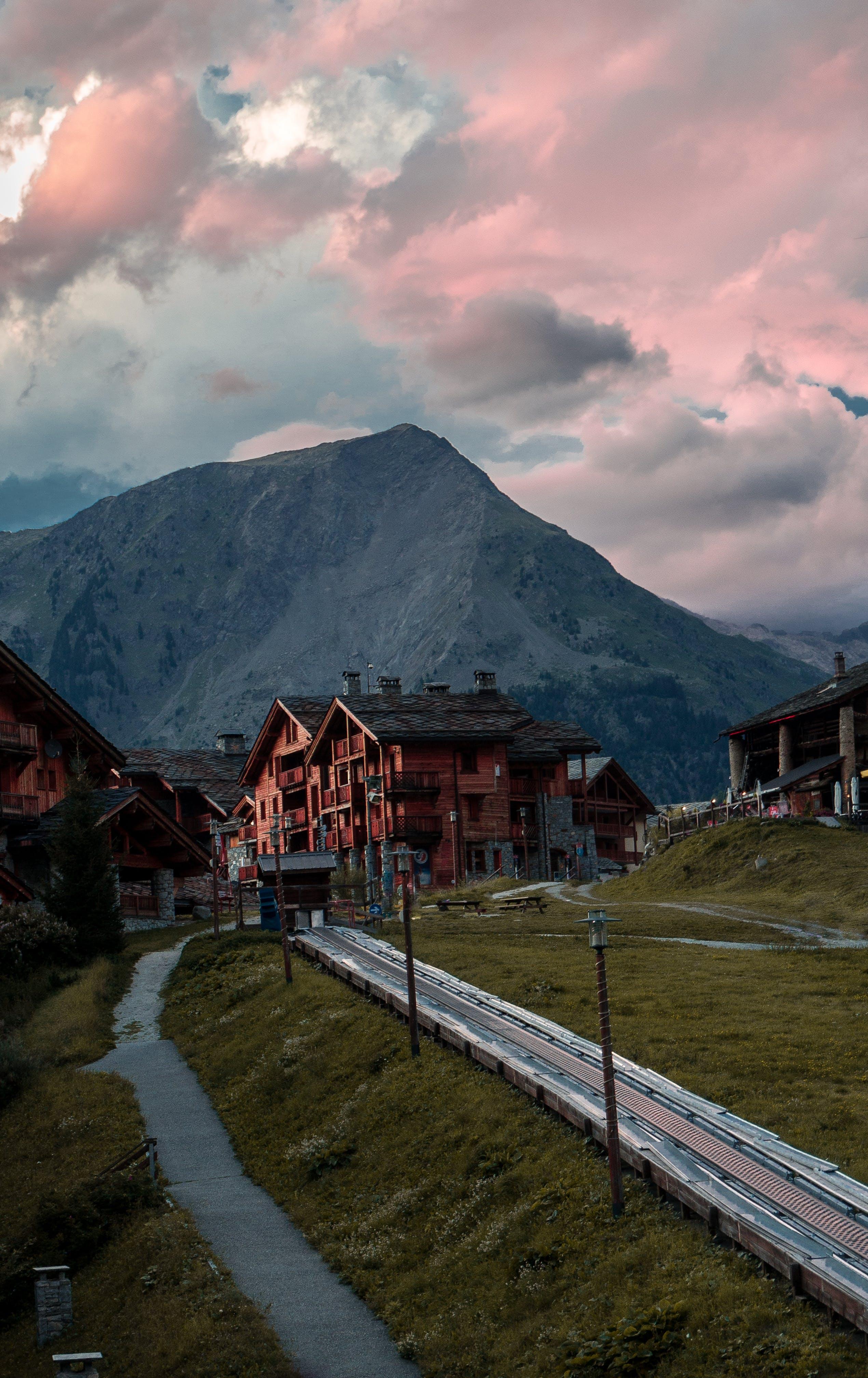 Kostnadsfri bild av bergen, dagsljus, gräs, hus