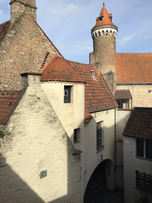 Бесплатное стоковое фото с старые черепичные крыши домов в брюгге, бельгия