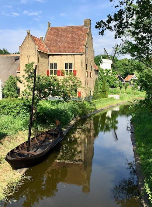 Бесплатное стоковое фото с типичная нидерландская сельская сцена с каналом
